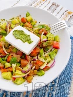 Салата от домати, краставици и зелени чушки с песто сос и сирене Фета - снимка на рецептата